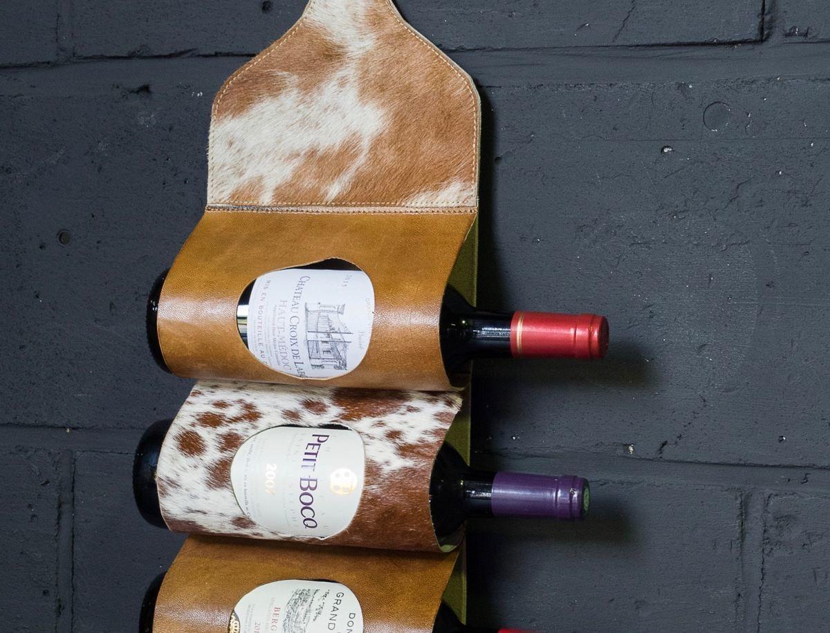 Porte bouteilles mural en peau de vache