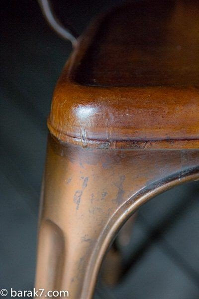 Chaise industrielle cuir et cuivre avec accoudoirs