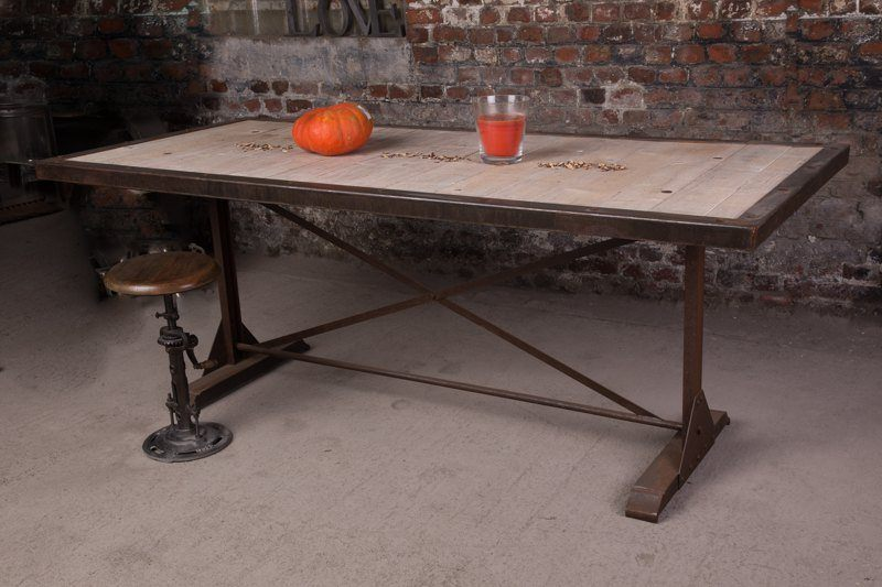 Industrial furniture industrial table with rust finish - Table salle a manger grise ...